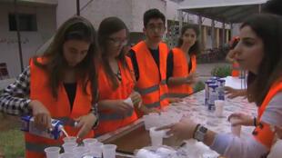 Des bénévoles de l'association Ladies Circle préparent les tables avant l'accueil de personnes démunies pour la rupture du jeûne.