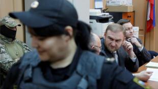 El senador ruso Rauf Arashúkov (d) llega a una sesión de su juicio en Moscú, Rusia, el miércoles 30 de enero de 2019.