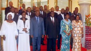 Les membres du nouveau gouvernement du Burkina Faso posant pour la photo officielle, dimanche 23 novembre.