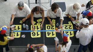 Des citoyens vénézuéliens participant au référendum officieux contre Maduro à Miami, en Floride.