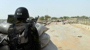 Un soldat camerounais posté à la frontière avec le Nigeria, le 17 février 2015.