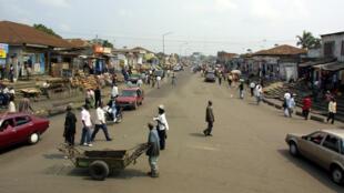 Rue de Kinshasa, le 16 juin 2004.