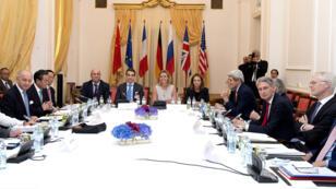 Les négociateurs des grandes puissances et de l'Iran à la table des négociations, mardi 7 juillet 2015, à Vienne.
