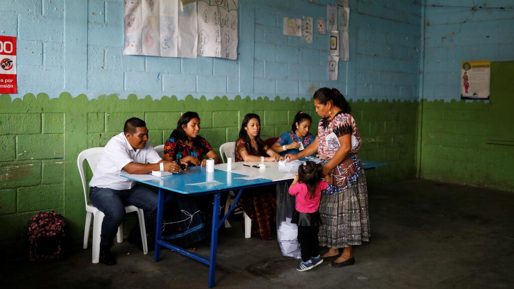 Una mujer vota en una mesa electoral durante la segunda vuelta de la elección presidencial en Chinautla cerca de Ciudad de Guatemala, Guatemala, el 11 de agosto de 2019.