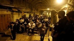 يهود متدينون يشاركون في الصلاة في القدس مساء الاثنين 31 تموز/يوليو 2017