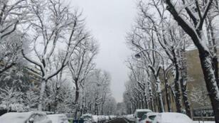 Rutas bloqueadas, trenes atrasados, buses suspendidos, un episodio tardío de nieve siembra el caos en el centro-norte de Francia.