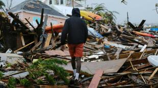 Un residente de Gran Ábaco camina entre los escombros de la isla tras el paso de Dorian. 2 de septiembre de 2019.