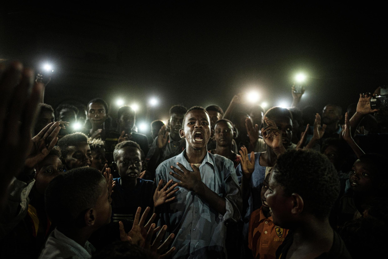 'Voz erguida' o 'Voz firme' es el título de la foto ganadora del Gran Premio del concurso World Press Photo, autoría del fotoperiodista japonés Yasuyoshi Chiba, quien la capturó en Jartum, Sudán, el 19 de junio de 2019.