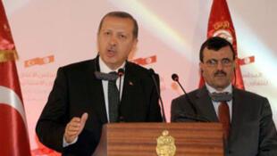 Le Premier ministre turc, Recep Tayyip Erdogan (à g.), à Tunis.