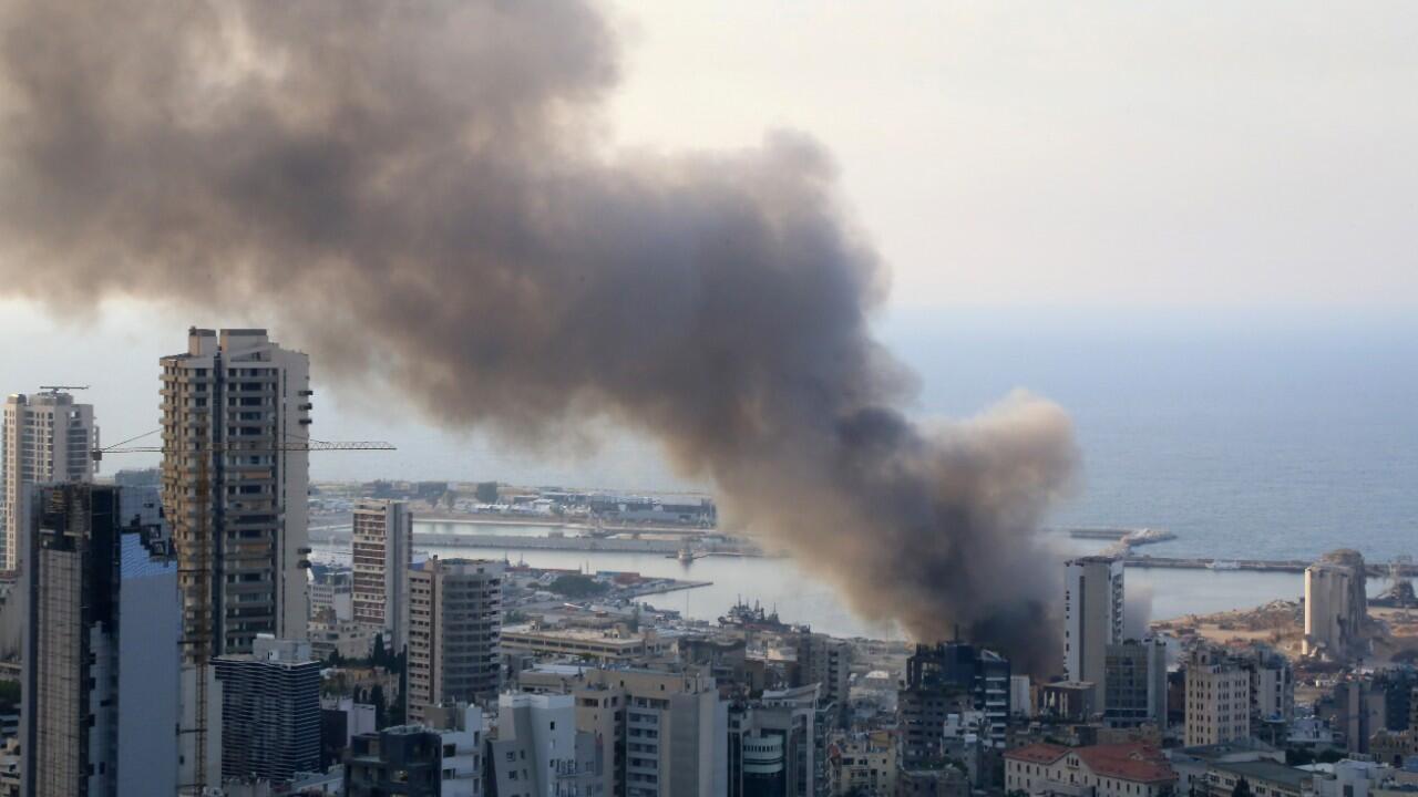 En la imagen se puede observar la columna de humo negro provocada por un nuevo incendio en el puerto de Beirut. El 10 de septiembre de 2020.