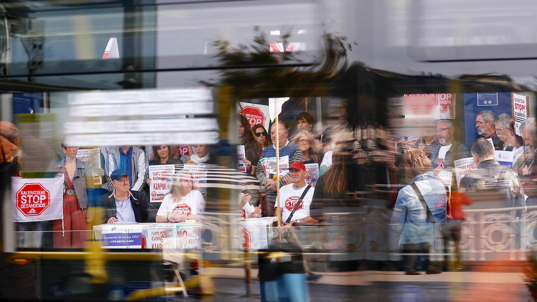 """Vista de una manifestación convocada por la plataforma 'Stop Desahucios' frente a la sede del Gobierno Vasco en la capital donostiarra, para denunciar un """"nuevo desahucio"""" de una vivienda de VPO en régimen de alquiler, en San Sebastián, el 30 de octubre de 2019."""