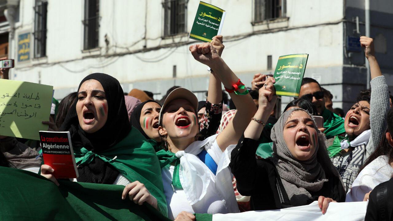 Un grupo de estudiantes protestan contra el gobierno en Argelia, el 16 de abril de 2019.