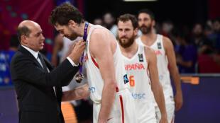 El jugador español de baloncesto Pau Gasol recibe la medalla de bronce del Eurobasket de Estambul el 17 de septiembre de 2017