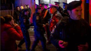 Les secours ont tenté de porter secours aux centaines de jeunes pris au piège de la fumée après un incendie dans une discothèque à Bucarest en Roumanie, le 30 octobre 2015.