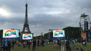 Des supporters observent une minute de silence dans la fan zone du champ de mars, sous la Tour Eiffel, à Paris le 13 juin 2016.
