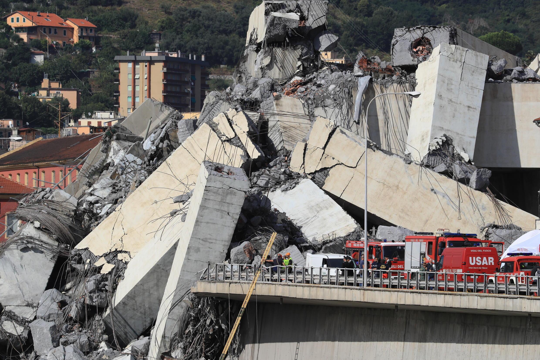 Le 14 août 2018, sous une pluie battante, le pont autoroutier Morandi, un axe essentiel pour les échanges avec la France, mais aussi pour les trajets locaux, s'effondrent, entraînant dans sa chute des dizaines de véhicules. L'effondrement du pont fait 43 morts dont quatre enfants.