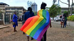 Un membre de la communautéLGBTQ arborant un drapeau arc-en-ciel quitte la Haute Cour du Kenya, le 24mai2019.