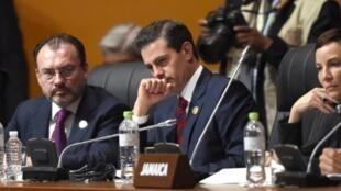 Enrique Peña Nieto junto a Luis Videgaray, en la Cumbre de las Américas en Lima el 14 de abril de 2018.