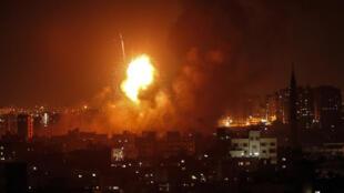 Une explosion due aux raids israéliens dans le ciel de Gaza City, mercredi 8 août 2018.