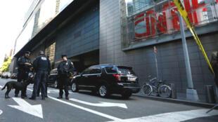 Des policiers new-yorkais sécurisant les alentours du siège de la chaîne CCN, le 24 octobre.