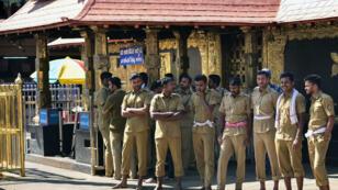 La police indienne devant le temple de Sabarimala, suite à l'entrée de deux femmes, le 2 janvier.