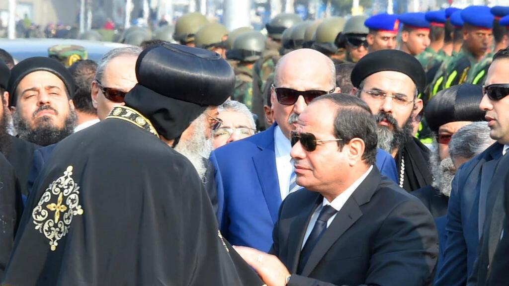 Le président égyptien Abdel Fattah al-Sissi présente ses condoléances au pape de l'Eglise copte orthodoxe, Tawadros II.
