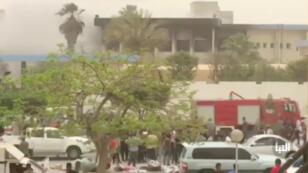 El lugar del ataque suicida contra la Comisión Electoral libia, en Trípoli, Libia, el 2 de mayo de 2018.