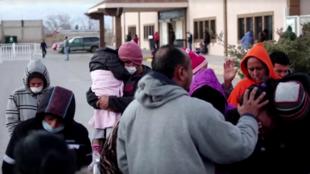 Un grupo de migrantes ora fuera del centro de acogida ubicado en Ciudad Juárez donde se presentó el brote de varicela. 27 de diciembre de 2019.