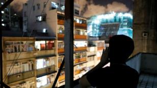 Un jeune Hongkongais manifeste depuis son balcon à HongKong, le 29août2019.