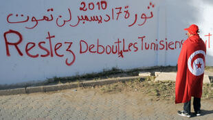 Un jeune tunisien sur l'avenue Mohamed Bouazizi à Sidi Bouzid, le 16 décembre 2013.