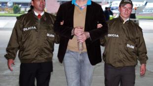 El exjefe paramilitar colombiano Salvatore Mancuso, es escoltado por la policía antes de ser extraditado a Estados Unidos, el 12 de mayo de 2008 en Bogotá