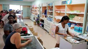 Un grupo de personas hace fila para comprar artículos en una tienda estatal en el centro de La Habana, Cuba, el 10 de mayo de 2019.