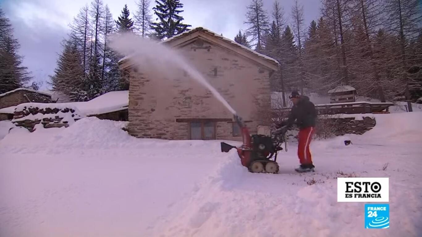En los Alpes franceses los lugareños realizan diversas actividades para afrontar los meses de invierno