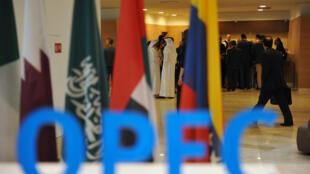 Un vestíbulo antes de una reunión entre los miembros de la Organización de Países Exportadores de Petróleo, OPEP, en la capital argelina, Argel, el 28 de septiembre de 2016