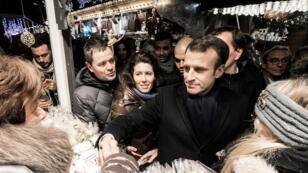 الرئيس الفرنسي إيمانويل ماكرون خلال زيارته لسوق عيد الميلاد بمدينة ستراسبوغ الجمعة 14 ديسمبر 2018