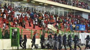 La police obligée d'intervenir dans les tribunes du stade de Malabo, jeudi 5 février.