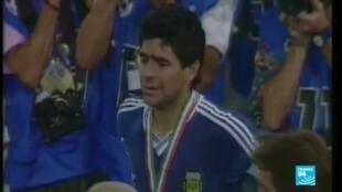 """2020-11-25 20:31 Retour sur l'histoire de la légende du football Diego Maradona, """"le gamin d'or"""" décédé à 60 ans"""