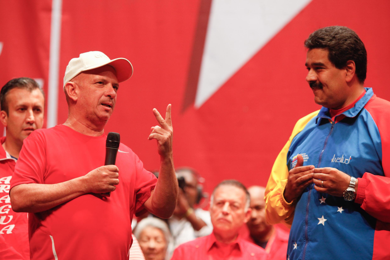 El presidente de Venezuela, Nicolás Maduro, junto al general retirado Hugo Carvajal (izq), en Caracas el 27 de julio de 2014
