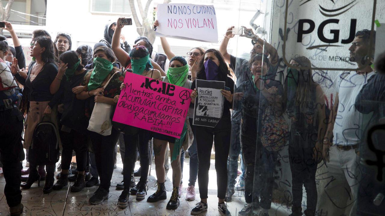 Un grupo de manifestantes se congregó a las afueras de la Procuraduría General de Ciudad de México para exigir justicia por la presunta violación de una adolescente por cuatro policías.