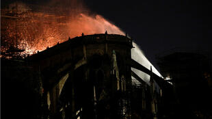 Les 400 pompiers mobilisés ont utilisé des lances à eau pour lutter contre les flammes.