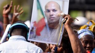 Une supportrice de l'opposition sénégalaise tient un portrait de Karim Wade, le 4 février 2015 à Dakar.