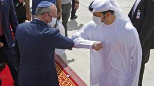 مسؤولان إماراتي وإسرائيلي خلال وداع الوفد الإسرائيلي في أبوظبي في 1 أيلول/سبتمبر 2020
