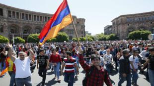 Partidarios de la oposición armenia en la calle apoyando a Nikol Pashinián, luego de anunciar la desobediencia civil en Ereván. 2 de mayo de 2018.