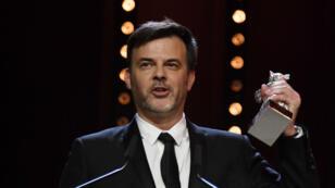 """François Ozon a reçu le prix du grand jury de l'Ours d'argent pour le film """"Grâce à Dieu"""" à Berlin, le 16 février."""