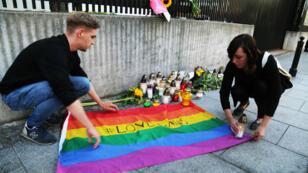 Un drapeau arc-en-ciel en hommage aux victimes de l'attaque d'Orlando, qui a fait 49 morts dans la nuit du samedi 11 au dimanche 12 juin.