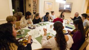 """Le maire de Chicago Rahm Emanuel et sa femme ont invité des """"dreamers"""" à dîner chez eux."""