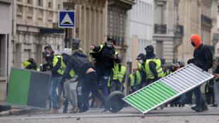Affrontements avec les forces de l'ordre près des Champs-Élysées à Paris, le 8 décembre 2018.