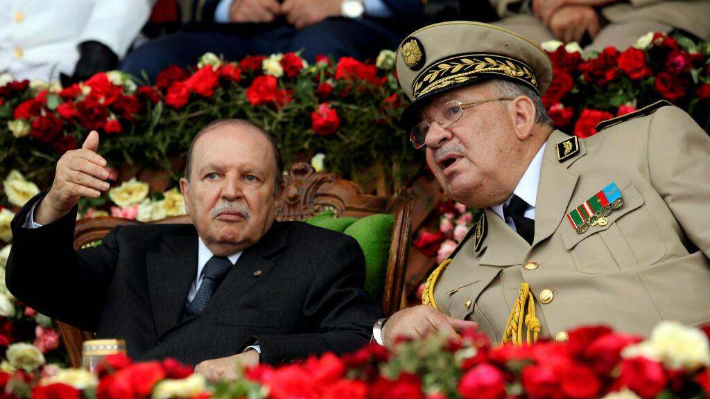 Foto de archivo del presidente de Argelia, Abdelaziz Bouteflika con el Jefe de Estado Mayor del Ejército, Ahmed Gaed Salah, durante una ceremonia de oficiales del ejército, el 27 de junio de 2012.