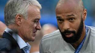 Didier Deschamps en grande discussion avec Thierry Henry.