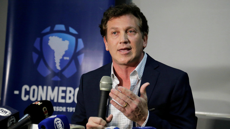 El presidente de la Conmebol, Alejandro Domínguez, se dirige a los medios en una rueda de prensa en Luque, Paraguay, el 29 de noviembre de 2019.